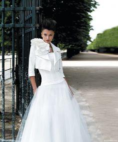 Tiulowa suknia z koronkowym gorsetem.