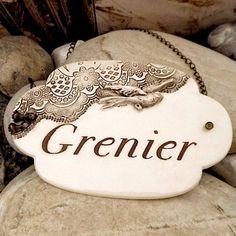 """Plaque de porte vintage en céramique """"grenier"""", décor dentelle et hirondelle/"""