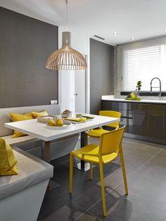Molins Interiors // arquitectura interior - cocina - mesa - sillas - bancada - color - encimera