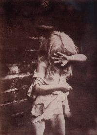 7 photos of Victorian waifs from the 1840s were modern frauds. They generated excitement among collectors because it was rare to encounter images of the urban poor. They were taken in 1974 and artificially aged.