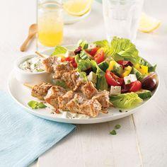 Souvlakis de porc et salade grecque - Les recettes de Caty Cobb Salad, Bbq, About Me Blog, Cooking Recipes, Chicken, Meat, 500 Calories, Portion, Kilo Cardio