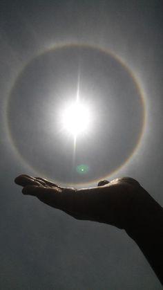 @Ftv_Fractal Les comparto el efecto del halo solar del día de hoy en el D.f. la tome con mi cel simulando sosterlo.