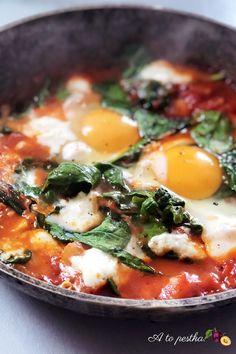 Pyszna szakszuka ze szpinakiem i mozzarellą - A to pestka! Polish Recipes, Antipasto, Mozzarella, Vegetarian, Salad, Healthy Recipes, Meals, Cooking, Ethnic Recipes