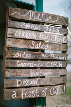 Forget the personal menus! This wooden palette with white paint serves as a reference board for the menus. It saves paper and lets everyone know what's for dinner! Rustic Wedding Menu, Pallet Wedding, Farm Wedding, Wedding Signs, Wedding Blog, Destination Wedding, Wedding Planning, Wedding Ideas, Wedding Foods