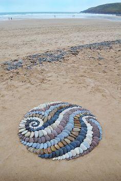 Land artist Jon Foreman creates visually stimulating stone arrangements using rocks, leaves, and other interesting pieces found on the beach. Land Art, Mandala, We Will Rock You, Outdoor Art, Environmental Art, Nature Crafts, Beach Art, Pebble Art, Stone Art