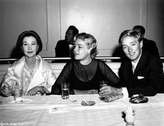 Vivien Leigh, Simone Signoret and Oskar Werner promote Ship of Fools at a press conference Vivien Leigh Movies, Caesar And Cleopatra, Yves Montand, Streetcar Named Desire, Fangirl Problems, Scarlett O'hara, Good Old Times, Academy Award Winners, French Actress