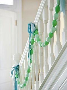 Osterdeko in Pastellfarben Girlanden hellgrün gefärbte Ostereier Schmuck für das Treppengelände