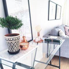 Glasbord med marmorskiva marmor koppar sideboard stilleben tavla karta