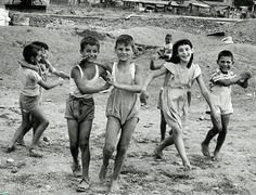 Πέραμα , 1950 White Photography, Street Photography, Fashion Photography, Vintage Photographs, Vintage Photos, William Klein, Edward Steichen, Good Old Times, Robert Doisneau