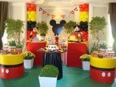 Decoração de festa infantil: dicas para aniversário de meninos - Dicas - Mães GNT Mickey First Birthday, Mickey Mouse Clubhouse Birthday Party, Mickey Party, Mickey Minnie Mouse, Fiesta Mickey Mouse, Mickey Mouse And Friends, Mickey Mouse Decorations, Mickey Mouse Baby Shower, Happy Party