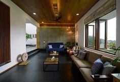Wood and concrete for this living room of a house in Goa / Legno e cemento a vista per questa sala in una casa a Goa
