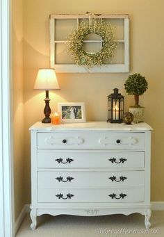 Vintage Decor Ideas Decorating ideas for old windows! You can find old windows at yard sales, flea markets or a Habitat Restore. Then use old windows as decor in your home - I share 20 ways to decorate with old windows. Furniture Makeover, Diy Furniture, Furniture Design, Furniture Vintage, White Furniture, Industrial Furniture, Vintage Industrial, Yard Sale Finds, Diy Casa