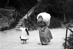 """Frau mit schwerem Korb:  Die Aufnahmen dokumentieren eine Welt, """"die sich bald..."""