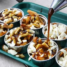 Les 17 casse-croute au Québec où manger les meilleures poutines - Narcity Canadian Party, Poutine Recipe, Snack Station, Food And Thought, Midnight Snacks, Mini Foods, Party Snacks, Food Truck, Meals