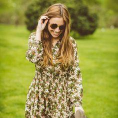 Hablemos de primavera, vestidos con estampados y gafas redondas. ¿Te gusta?