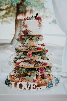 Having a Christmas wedding with final touches? Here are small ways to incorporate the festive spirit into your wedding cake! Wedding Trends, Trendy Wedding, Fall Wedding, Rustic Wedding, Dream Wedding, Wedding Blog, Blue Wedding, Bohemian Wedding Cakes, Winter Wedding Cakes