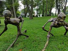 How to build a zombie creeper. How to build a zombie creeper. Creepy Halloween Decorations, Halloween Haunted Houses, Scary Halloween Yard, Halloween 2020, Halloween Displays, Halloween Halloween, Halloween Makeup, Haunted House Decorations, Halloween Couples