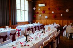 Häät Alakylän nuorisoseuran talolla.  #wedding #weddingplanner #decoration #hääkattaus #häät #koristelu #hääpöytä