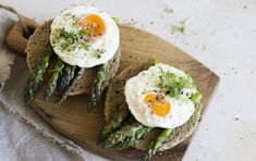 Oven Roasted Asparagus & Eggs on an English Muffin Oven roasted asparagus and eggs are a delicious breakfast treat that will blow away your holiday guests. Serve for breakfast or brunch, and pl… Asparagus Egg, Oven Roasted Asparagus, Grow Asparagus, Healthy Dinner Recipes, Appetizer Recipes, Vegetarian Recipes, Breakfast Appetizers, Breakfast Cooking, Breakfast Recipes