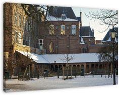 Winter - Kloostergang Mariakerk De kloostergang van de Utrechtse Mariakerk in de sneeuw. De kloostergang komt uit de 11e eeuw en was onderdeel van de Mariakerk aan de Mariaplaats. Die kerk werd halverwege de 19e eeuw afgebroken om plaats te maken voor het conservatorium. Deze gang is het enige wat er van het complex is overgebleven.
