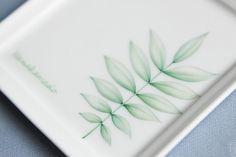 ナナカマドの葉を 角皿(13cmx13cm)に描いた1枚です。ペンで線を描き その後 絵付けを2、3回、 その都度800℃で焼成しています。グリーンのペン描き... ハンドメイド、手作り、手仕事品の通販・販売・購入ならCreema。