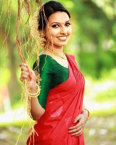 Kerala Saree Blouse Designs, Saree Blouse Neck Designs, Fancy Blouse Designs, Blouse Patterns, Anarkali Frock, Designer Anarkali Dresses, Saree Gown, Kerala Engagement Dress, Engagement Saree