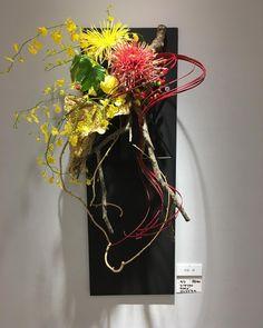 朝から花展の手直し。毎日ちょこちょこ作品が変化してます今日は前半の最終日。私の作品はゴージャスに盛ってみましたお時間がありましたら是非会場で見てください。 #壁掛け #ikebana #ikebanasogetsu #sogetsu #Flowerarrangement #art #いけばな #草月流 #福岡県支部展 #花展