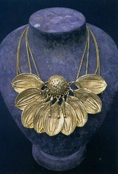 If only i knew how to do metalwork like this (Claude Lalanne) Sunflower Necklace, Sunflower Jewelry, Sunflower Ring, Enamel Jewelry, Jewelry Art, Jewelry Accessories, Jewelry Design, Jewellery, Unusual Jewelry