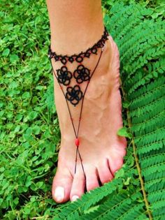 rojo y negro - sandalias desnudas (frivolité)  algodon doble mercerizado,rocaille  cuentas plastic,hilo elastico frivolité