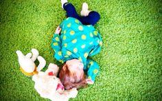 """Ясли в """"Зелёной школе"""". Ясли — это светлое и уютное пространство, работающее по принципу «антикафе»: придя мама или папа платят за время, проведенное внутри, за себя и ребенка, и в их распоряжение предоставляется: атмосфера, игрушки и книги, занятия по  расписанию для детей, удобные кресла, диваны и пуфики, кофе и чай на кухне для родителей.  День поделен на тематические активности: РАЗВИТИЕ, ТВОРЧЕСТВО («Рисование без границ»), ИГРОВАЯ."""