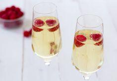 Feestelijk zomerdrankje: Limonsecco - Zoetrecepten Limoncello, Summer Drinks, Cocktail Drinks, Smoothie Drinks, Smoothies, Summer Decoration, Prosecco, Mixed Drinks, Superfood