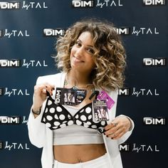 Tal : La chanteuse plus girly que jamais côté sous-vêtements ! Curly Hair Tips, Hair Dos, Curled Hairstyles, Cool Hairstyles, Rihanna, New Haircuts, Curly Haircuts, Haircut And Color, Topshop