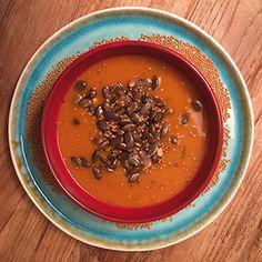 Pompoen-mosterdsoep - In de meeste recepten voor mosterdsoep wordt mosterd gebruikt. Da's op zich niet vreemd natuurlijk. Wanneer je mosterdzaad gebruikt in plaats van mosterd, krijg je een heel ander effect: de soep wordt minder zuur en de mosterdsmaak milder maar kruidiger. Dit combineert perfect met het zoete, aardse karakter van pompoen. De schil van die pompoen laat je lekker zitten, want die wordt net zo zacht als het vruchtvlees en geeft juist een krachtige smaak en kleur aan de soep.