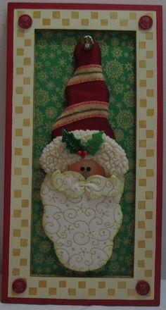 Cuadro Papá Noel, realizado sobre marco de madera con paño lency, polar, miniprint americano y decorado con bordados a mano.