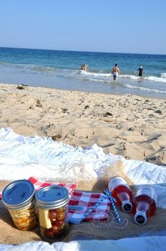 #Beach Picnic! Putting meals in a #jar makes transporting food way easier.