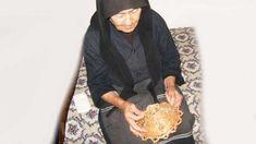 Ζούσε κάποτε, σ' ένα χωριό μία χήρα πολύ φτωχιά με το μοναχογιό της. Για να μεγαλώσει το παιδί της ξενοδούλευε κι επειδή έβαλε σ' αυτό όλο το μεράκι της,άπ' τον καημό της αποφάσισε να το σπουδάσει. Kai, Greece, Prayers, Greece Country, Prayer, Beans, Chicken