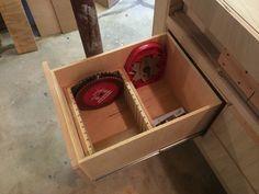 A drawer dedicated to saw blade storage Diy Garage Storage, Shop Storage, Shop Organization, Table Storage, Storage Ideas, Tablesaw Outfeed Table, Saw Blade Storage, Woodworking Shop, Woodworking Projects