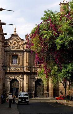 Ciudad de Morelia, Michoacan. En la cual el turista puede alojarse y desde allí visitar la isla de Janitzio.