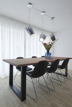 Koperen lampen een zwarte krijtmuur en prachtige tolix style stoelen te koop bij gewoonstijl - Kleur en materialen ...