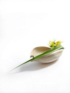 Contemporary Flower Arrangements, Small Flower Arrangements, Ikebana Flower Arrangement, Ikebana Arrangements, Small Flowers, Lily Centerpieces, Vases, Ikebana Sogetsu, Japanese Flowers