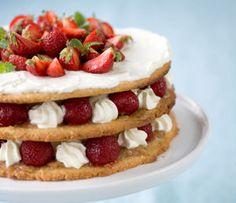 Keksikakku kesänjuhliin tehdään kauramurolevyistä, vaahtoutuvasta vaniljakastikkeesta ja mansikoista.
