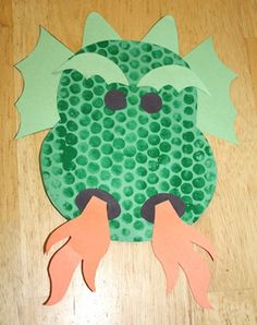 Staat in de Activitheek onder thema Sprookjes - Draak met noppenfolie - Creatief Art activity. Can be used with Dough Knights and Dragons picture book by Dee Leone - Children's Crafts Fairy Tale Crafts, Fairy Tale Theme, Dragon Kid, Dragon Party, Pete Dragon, Dragon Face, Toddler Crafts, Crafts For Kids, Arts And Crafts