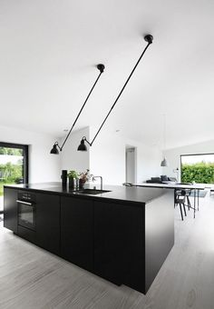 Køkkenet fra Kvik. Bordpladen er i sort granit med armaturer fra Vola. #OutdoorKitchen