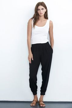 Women capsule wardrobe, le look, hippie style, black harem pants outfit, lo Black Harem Pants Outfit, Black Pants, Capsule Wardrobe, Summer Outfits, Casual Outfits, Outfits Mujer, Velvet Tees, Inspiration Mode, Look Fashion