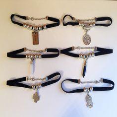 Gargantilla Choker Con Dije O Pendulo - Accesorios De Moda- - $ 85,00 en MercadoLibre Diy Choker, Chocker Necklace, Leather Necklace, Leather Jewelry, Chokers, Girls Jewelry, Jewelry Art, Jewelry Necklaces, Jewelry Design