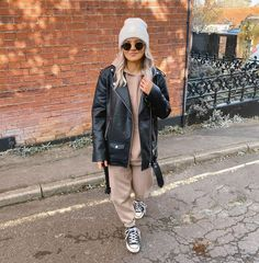 """1,443 Me gusta, 47 comentarios - JOANNE IXER (@joanneixer) en Instagram: """"Back when you could wear a leather jacket and not freeze ❄️ Hoodie, joggers & hat @newlook…"""""""
