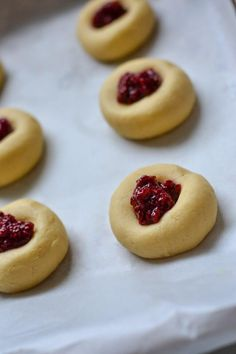 Jam drop biscuits are an old-fashioned favourite. Soft and buttery vanilla biscuits topped with a sweet raspberry jam filling, perfect for afternoon tea! Honey Cookies, Vanilla Cookies, Yummy Cookies, Vanilla Biscuits, Vegan Biscuits, Easy Baking Recipes, Cookie Recipes, Jam Drop Biscuits, Biscuit Recipe
