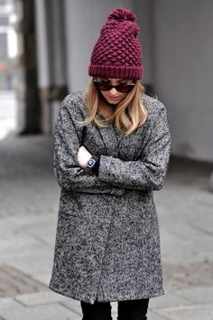 I'm in love with this beanie~ I like this look. Gray coat, black pants, purple beanie.