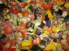 Questa ratatouille da cuocere al microonde è veramente ipocalorica, e molto facile da fare; preparatela ora visto che le verdure da usare si trovano fresche e saporite