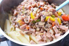 Snelle pasta met blik ham, groenten en creme fraiche